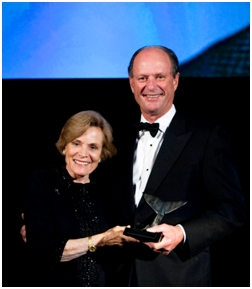 Dr. Sylvia Earle presents Dr. Bob Ballard with a Lifetime Achievement award from the National Marine Sanctuary Foundation
